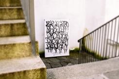 cuadro en blanco y negro en el doble de una escalera