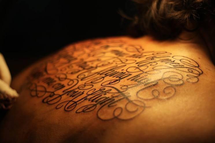 frase tatuada en espalda
